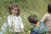 On pique-nique dans le jardin des sœurs. On fait des bulles.