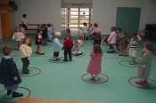 La salle de motricité, c'est le moment des jeux. On fait de la gymnastique avec des cerceaux.